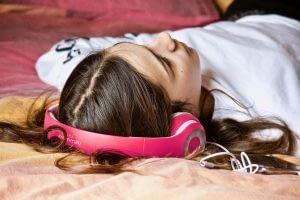 A música é uma forma de arte poderosa. Embora possa receber mais crédito por inspirar as pessoas a dançar, também oferece uma maneira simples de melhorar a higiene do sono, melhorando sua capacidade de adormecer rapidamente e de se sentir mais descansado.
